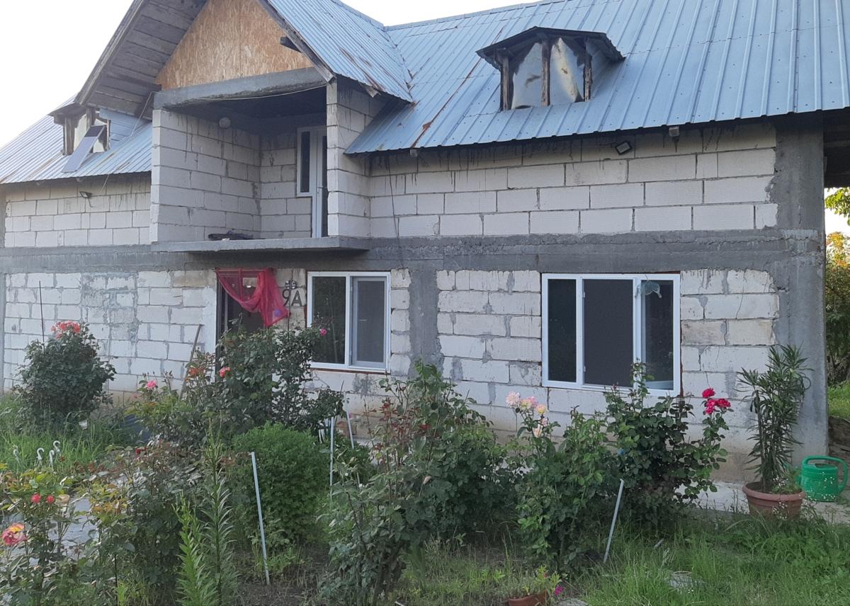 Casa 7 camere cu izvor și livadă