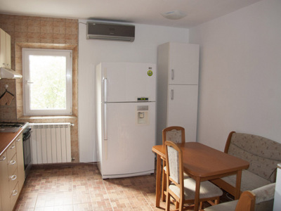 Ofer pentru inchiriere apartament 3 camere