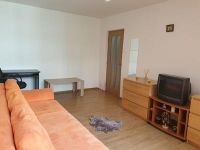 Închiriez apartament 3 camere, 3/8. 450 €