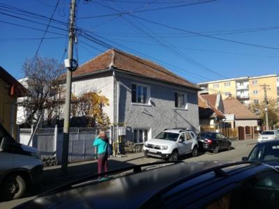 Casa cu curte si gradina intr-o strada linistita