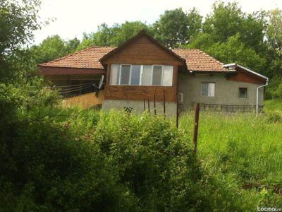 Vand casa la sat cu pamant  comuna baita
